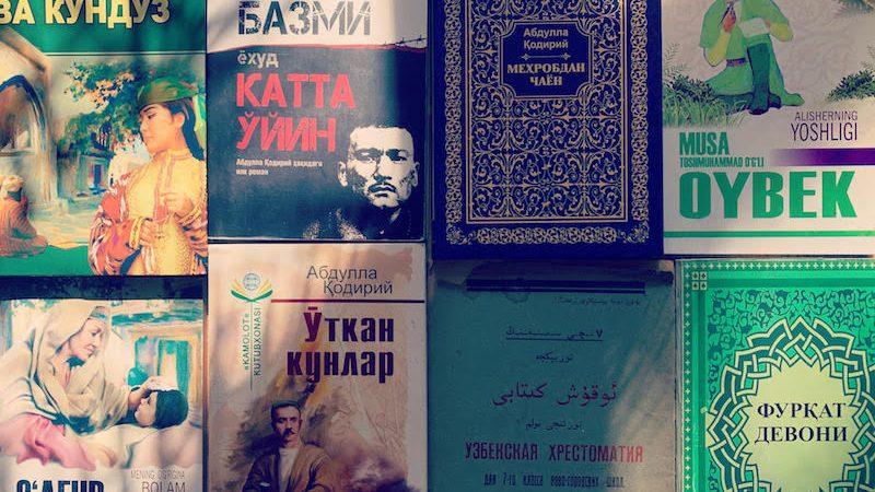 Couverture d'ouvrages en ouzbèke dans différents alphabets