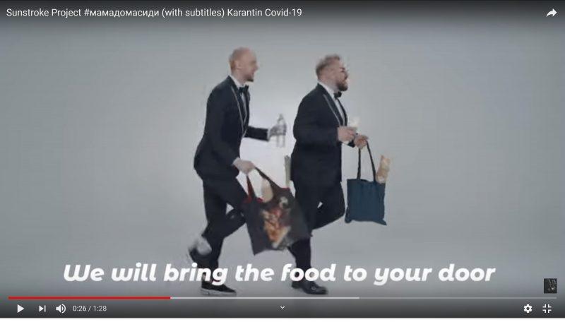 Deux hommes en costume passent avec des sacs de courses