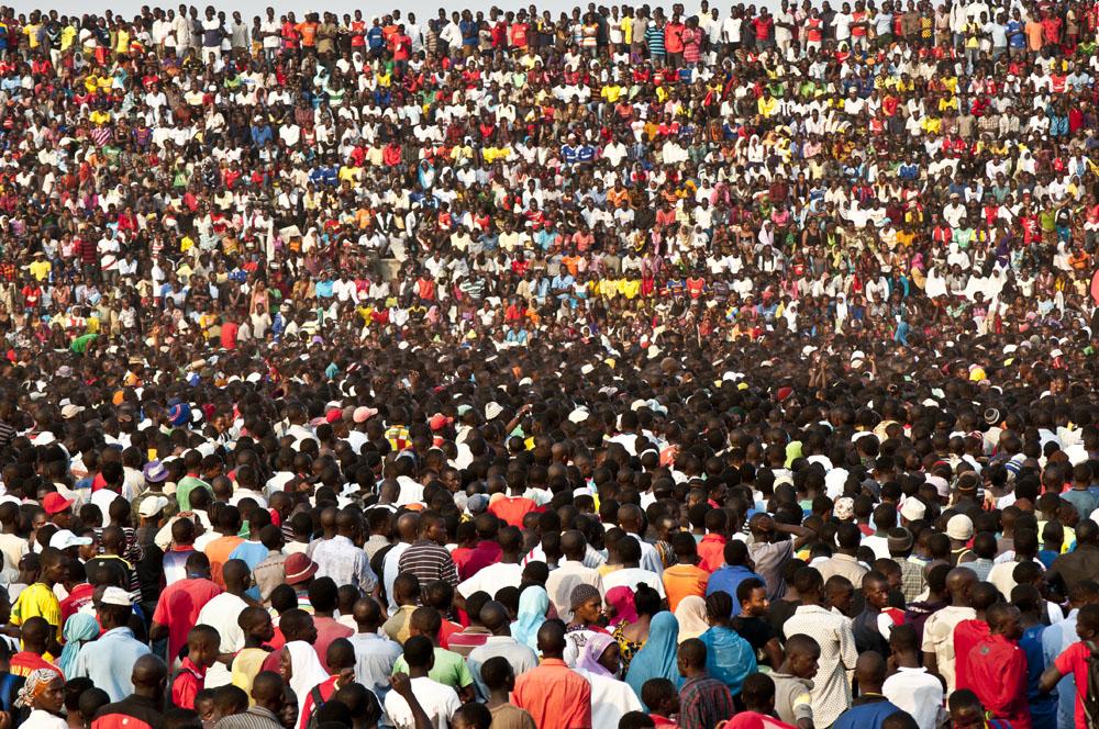 Une foule dense remplit les gradins au concert Leka Dutrite à Kigoma.