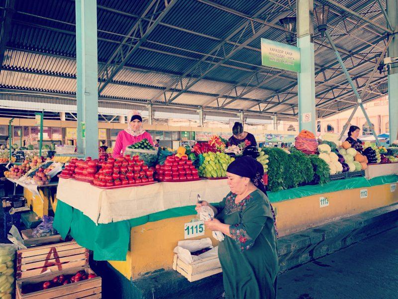 Des marchandes de Taschkent attendent les chalands derrière des étals de légumes méticuleusement empilés.