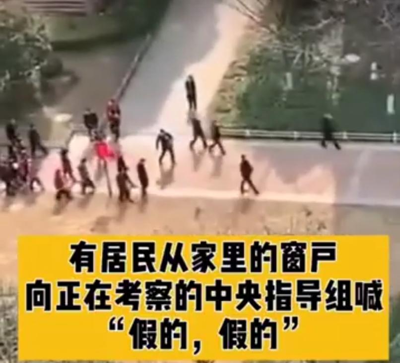 Du haut de leur balcon, plusieurs résidents apostrophent les fonctionnaires se trouvant dans la cour de leur résidence.