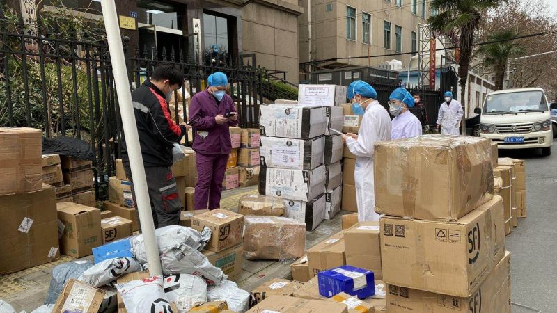 Des bénévoles enregistrent le stock de produits d'hygiène féminine récemment livré..