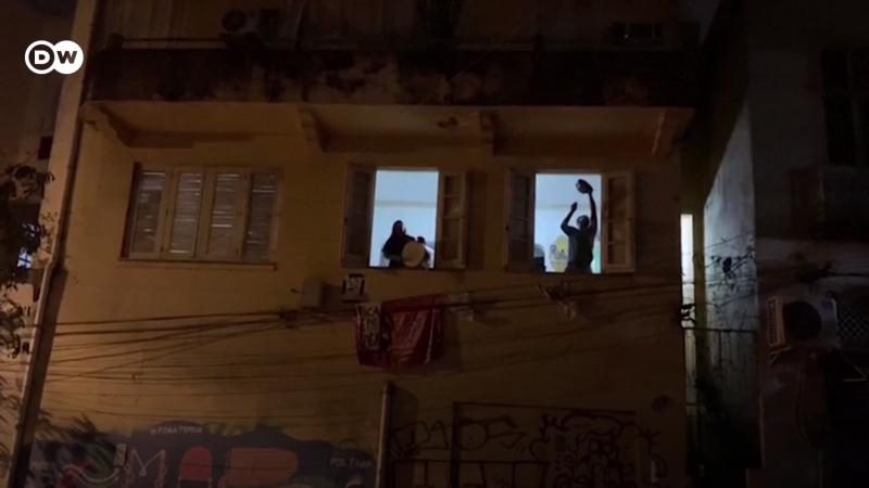 Des citoyens brésiliens frappent sur des casseroles depuis leur fenêtre pour manifester