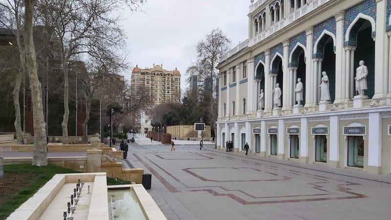 Quelques passants sur la place Nizami au centre ville de Bakou pendant le confinement du pays en avril 2020