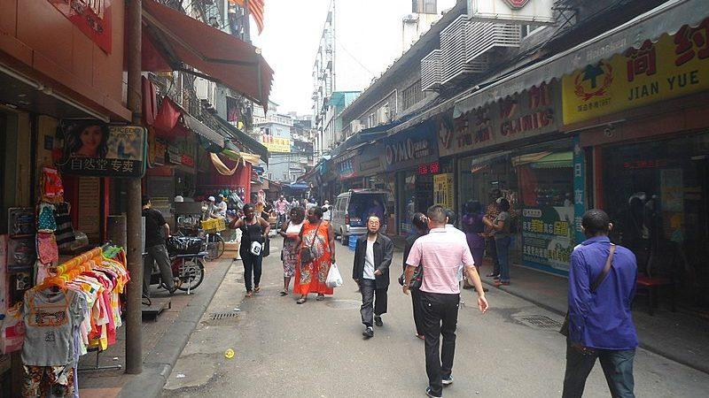 Dans la rue commerçante de Baohan, Africains et Chinois se côtoient.