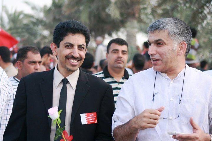 Nabeel Rajab et Abdulhadi Al-Khawaja conversent dans la rue en souriant