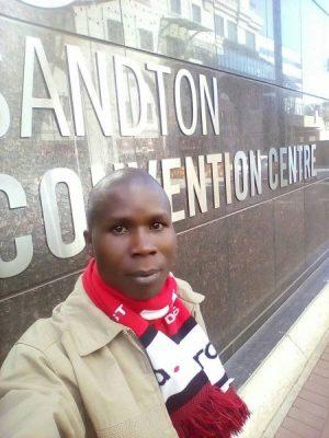 Bonface Witaba, posant devant le Sandton Convention Centre.