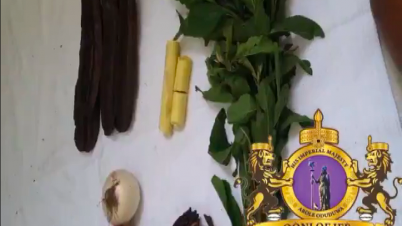 Le sceau de l'Ọọ̀ni est superposé aux ingrédients pour fabriquer le remède