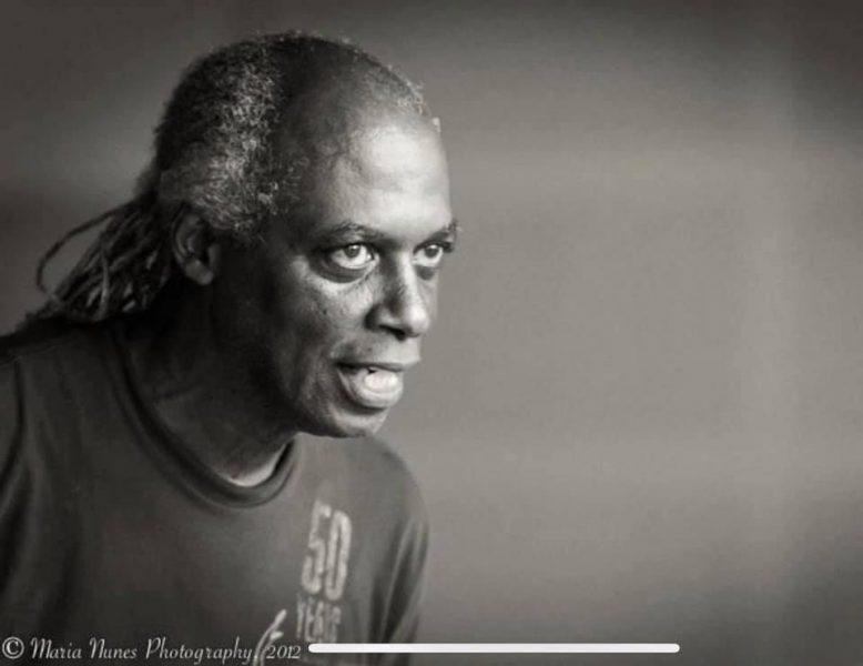 Portrait en noir et blanc de Tony Hall.