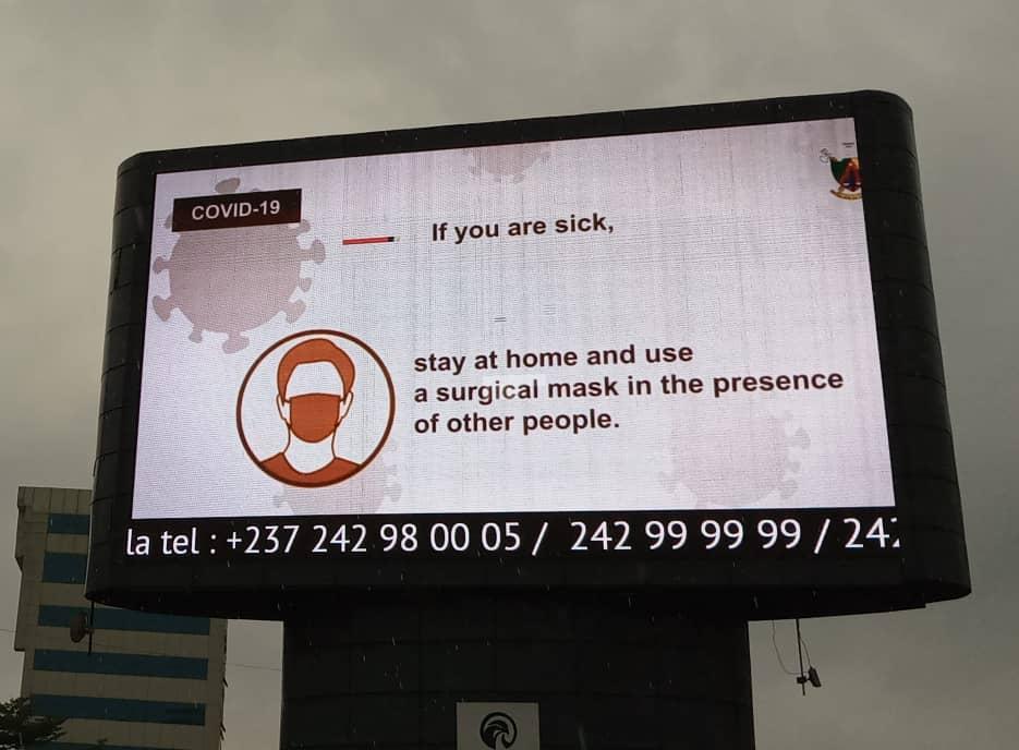 Panneau d'affichage LED à Yaoundé, qui diffuse un message de prévention incitant les habitants malades à porter un masque.