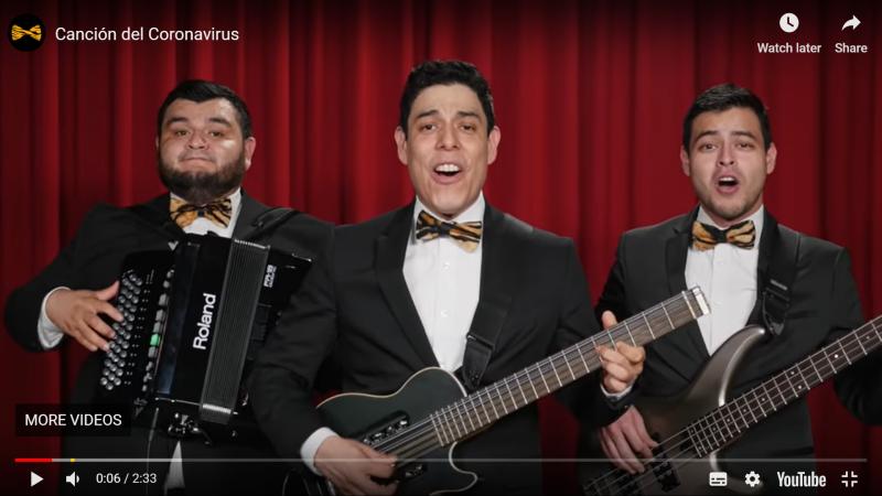 Trois musiciens mexicains chantent la chanson du coronavirus, accompagnés de guitares et d'un accordéon.