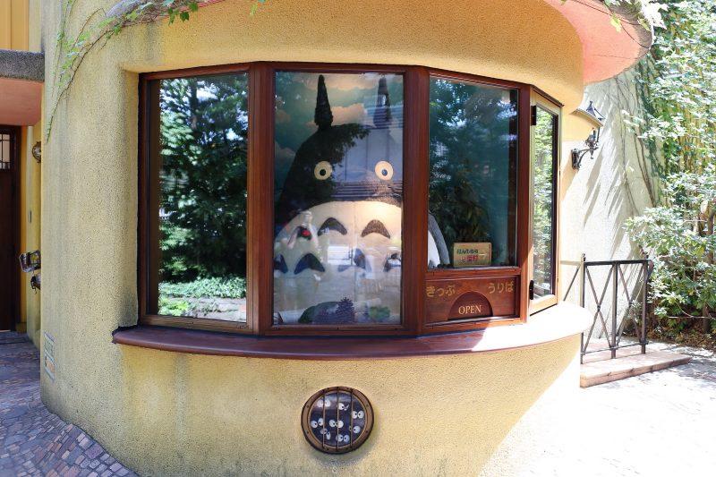 """A l'intérieur de la billetterie siège une imposante peluche du personnage Totoro, issu du dessin animé """"Mon Voisin Totoro"""". Il est aussi le logo du studio Ghibli."""
