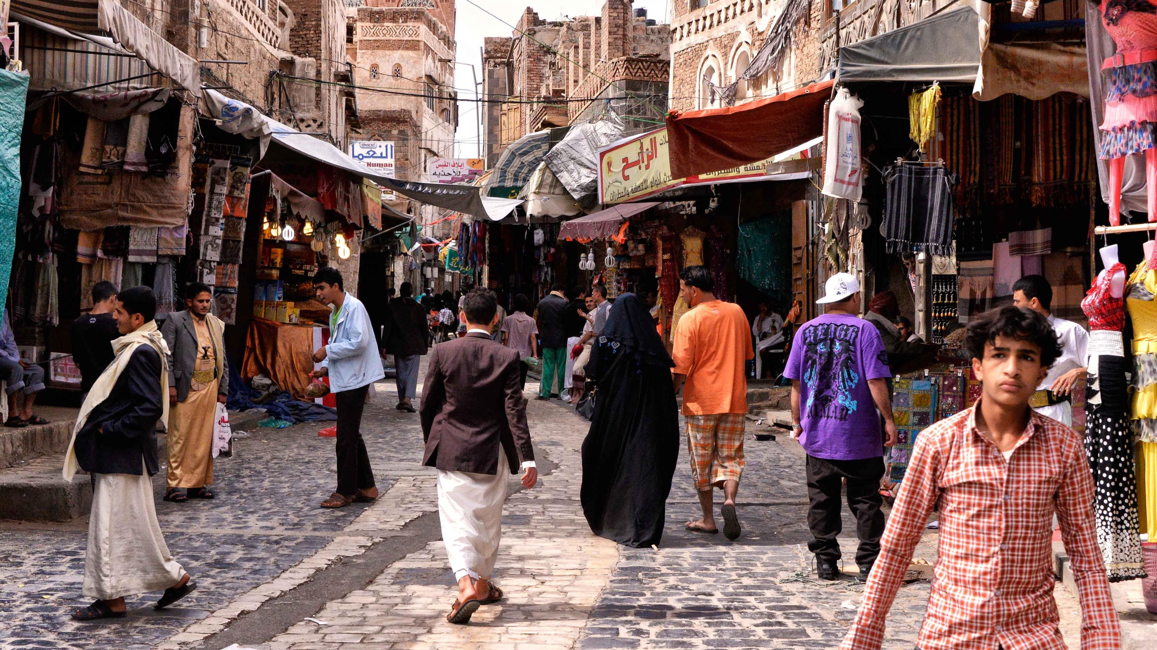 Une rue commerçante piétonne de Sana'a, où les clients peuvent faire leurs achats dans des échoppes en extérieur.