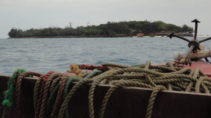 Vue sur Prison Island, l'ancien centre de quarantaine colonial, depuis un bateau.