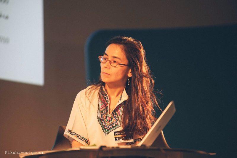 Photo de la défeuseuse des droits ouïghours Dilnur Reyhan lors d'une conférence.