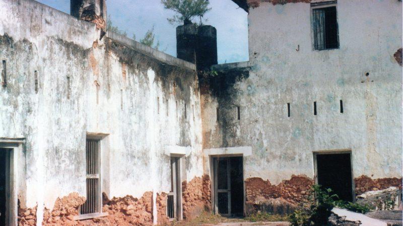 Sur Prison Island, un bâtiment aux hauts murs blanchis à la chau. Ils sont à présent décrépits.