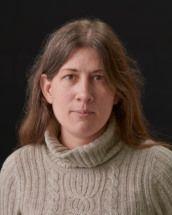 Portrait de l'universitaire Danielle Ross, en pull à coll roulé, le visage neutre comme sur une photo d'identité.