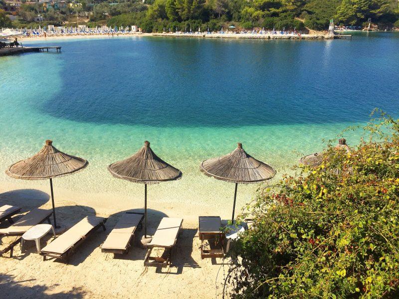 des transats et des parasols sur une plage albanaise