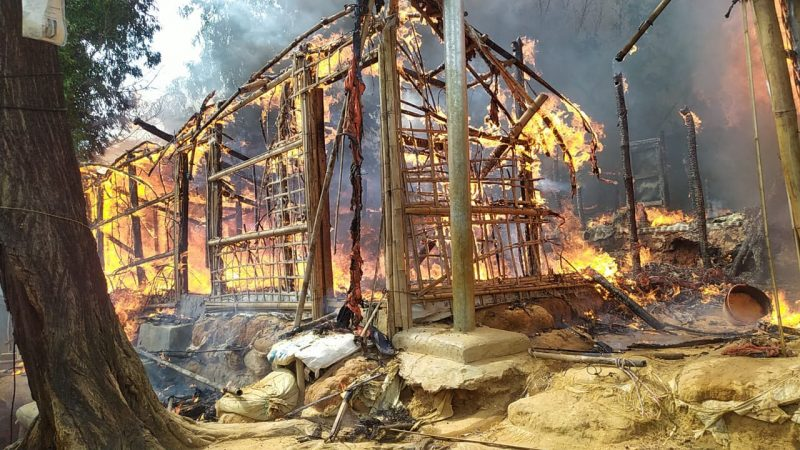 """LIVES AT RISK"" - Submission by Mohammed Hossain. ""Around 0830 on 12 May 2020, a devastating fire broke out in Rohingya Refugee Camp 1E, Ukhia, Cox's Bazar, Bangladesh. From there it quickly spread. <a href=""https://www.aa.com.tr/en/asia-pacific/bangladesh-fire-damages-673-shanties-in-rohingya-camp/1837982"">Damage has been extensive</a> and hundreds of refugees have lost their possessions and their homes"". See more photos of the ""LIVES AT RISK"" series <a href=""https://kutupalong.com/abul-kalam"">here</a>. Used with permission. ENDANĜERITAJ VIVOJ. Sendita de Mohammed Hossain. Ĉirkaŭ la 8:30 la 12-an de majo 2020 detruiga incendio ekaperis en la rohinĝa rifuĝejo 1E en Ukhia, Koks Bazar, Bangladeŝo. De tie la fajro rapide disvastiĝis. La damaĝo estis grandskala kaj centoj da rifuĝintoj perdis siajn posedaĵojn kaj hejmojn. Vidu pli da fotoj el la serio ""ENDANĜERITAJ VIVOJ"" ĉi tie. Uzata kun permeso."