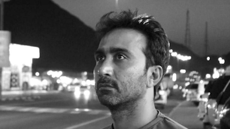 Portrait du journaliste Sajid Hussain, dans la rue, le regard lointain.