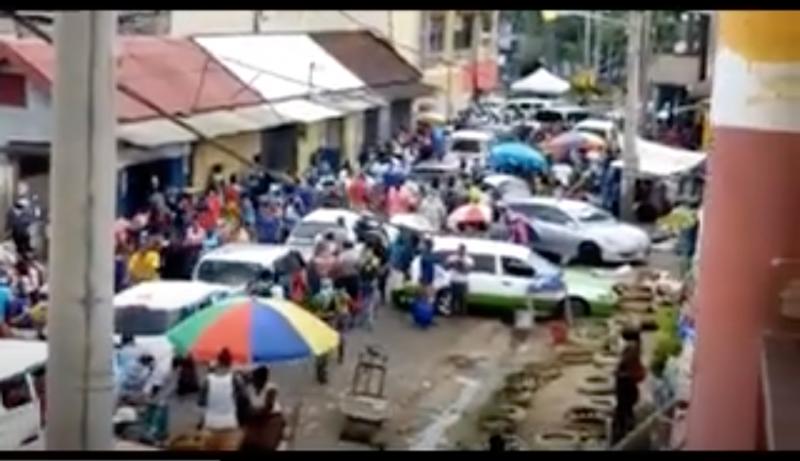 Foule dans un quartier commerçant à Linstead en Jamaïque