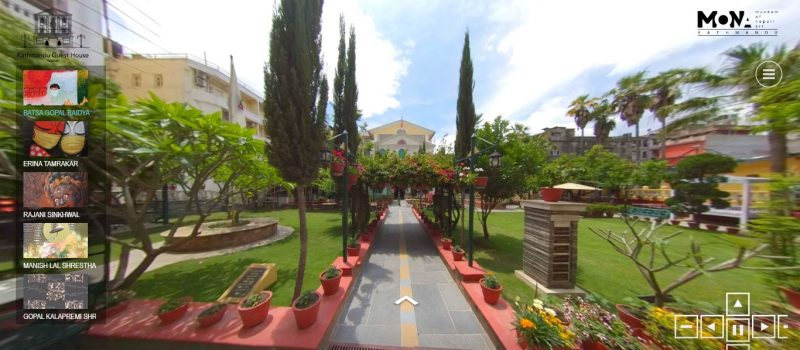 Visite du musée d'art du Népal présentée au format 360 degrés. On découvre les allées du lieu, bordées de verdure, permettant l'accès aux salles du musée.