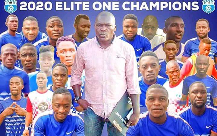 """Photo-montage de l'équipe de football PWD représentant les portraits des 23 joueurs et le plan américain de l'entraineur déterminé David Pagou au centre. Le fond de l'image est bleu, couleur de l'équipe ; le titre : """"Les champions de la Ligue 1 2020"""""""