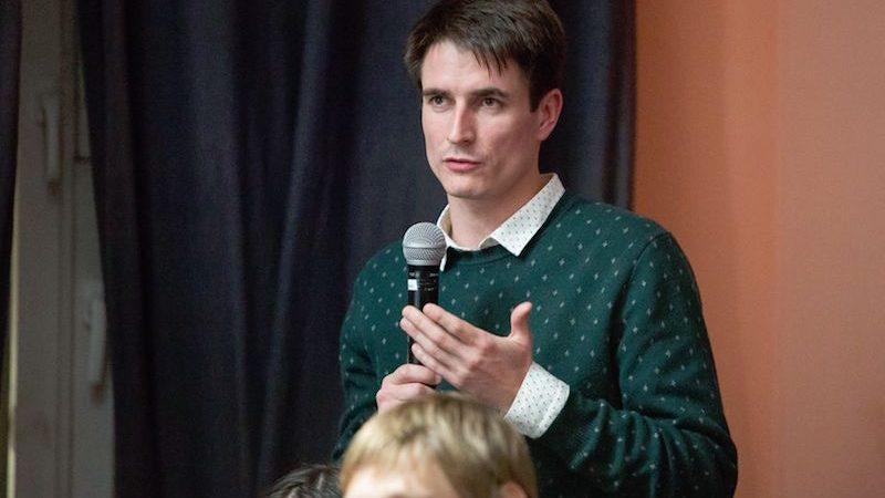 Le défenseur de la langue oudmourte Artiom Malykh s'exprime au micro lors du festival Echkolot de Moscou.