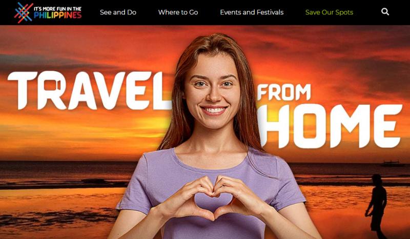 Une femme souriante forme un ncoeur avec ses mains, sur fond de coucher de soleil sur la plage.