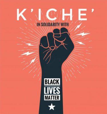 """Un poing levé et serré dégage des étincelles. Le bras, noir, porte les mots """"Black Lives Matter"""" et une étoile blanche en dessous."""