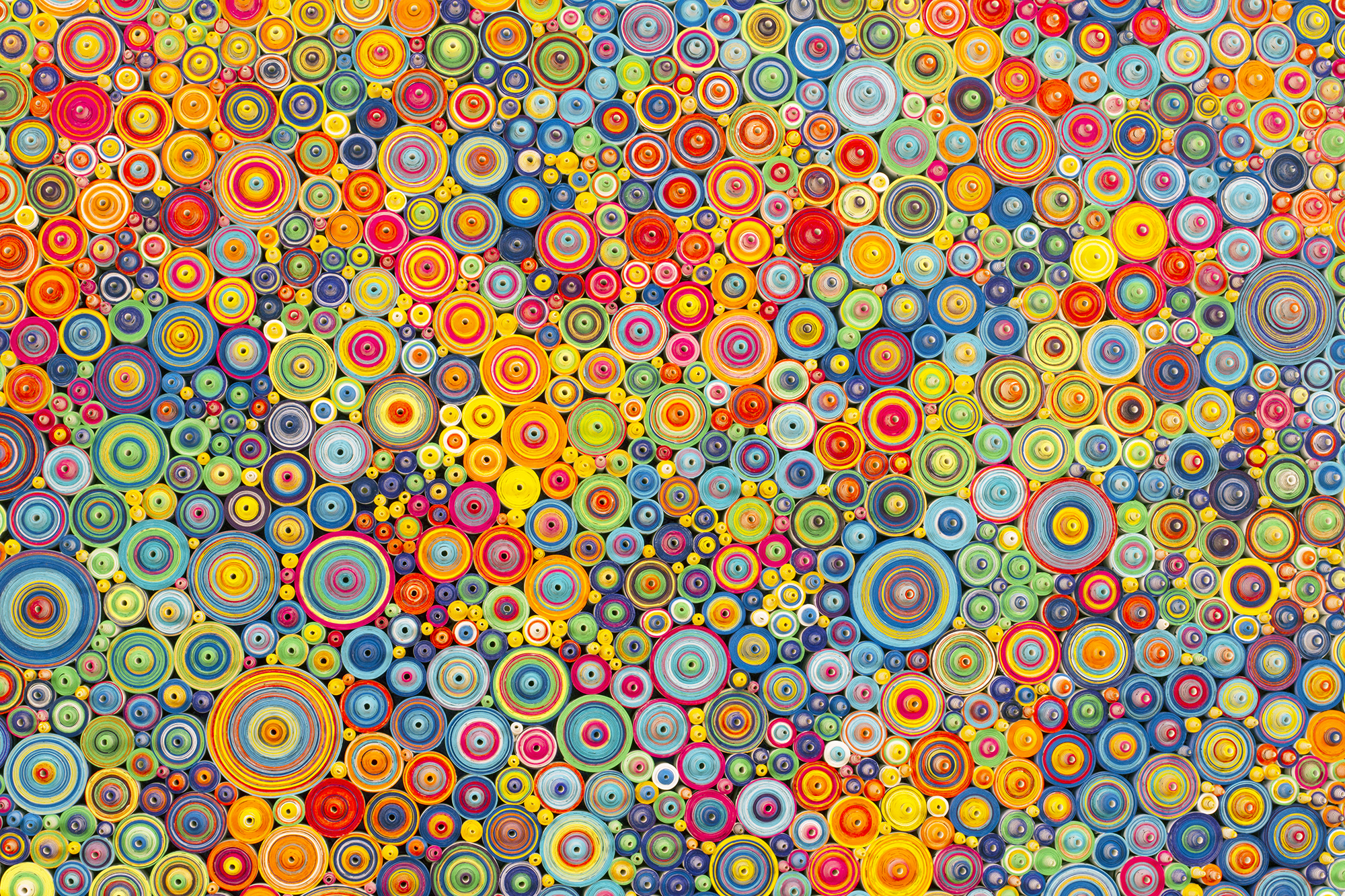 """أ7ألوان، ورق ملفوف يحتوي على الكلمة الفارسية عشق مكتوبة بخط اليد والتي تعني """"الحب/الشغف""""، حبر على أساس الماء والأكريليك. 36أبعاد اللوحة × 4 1/2 بوصة (91.4 سم × 11.4) 2015"""