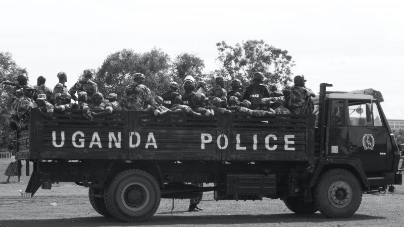 Un camion de police tranporte des troupes anti-émeutes en Ouganda.