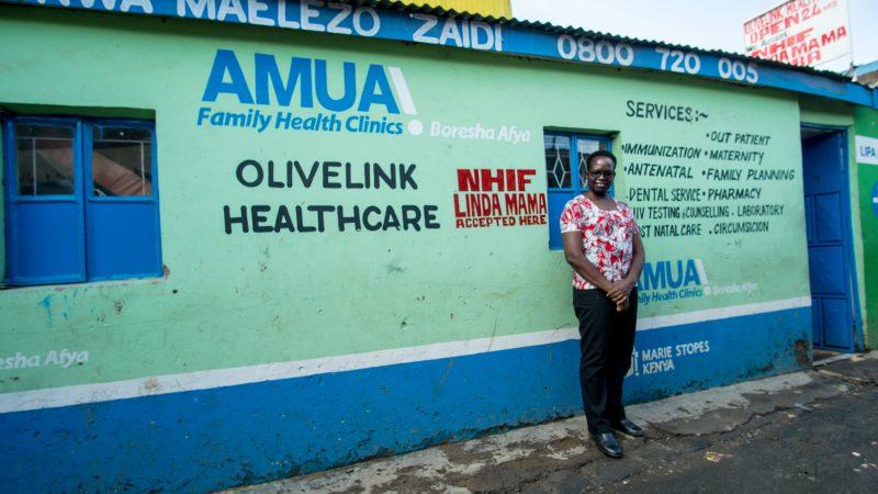 Le mur de la clinique est couvert d'annonces de services médicaux peints dans différentes couleurs et différentes polices de caractères.