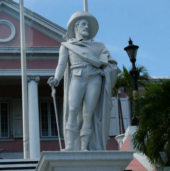 Statue de Christophe Colomb située sur les marches menant au bâtiment abritant le siège du gouvernement de Nassau.