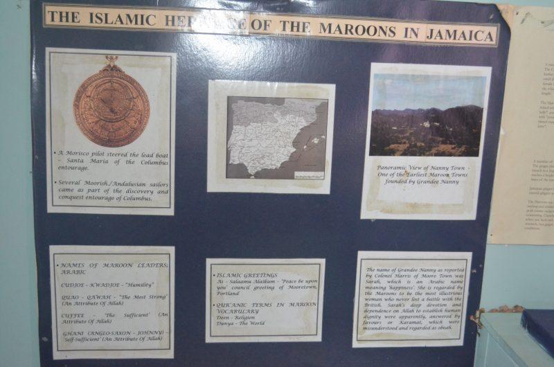 Un panneau explicatif sur l'histoire islamique des Marrons de Jamaïque comporte des textes, une carte et une photo d'un paysage verdoyant.
