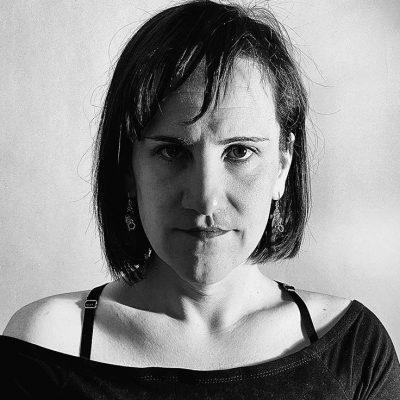 Portrait en noir et blanc de Ivett Ördög, face caméra, expression déterminée, les cheveux légèrement ébourrifés.