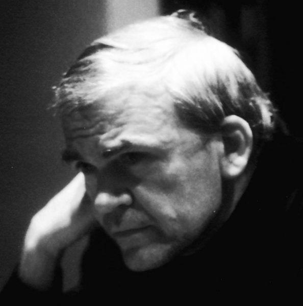 Portrait en noir et blanc de Milan Kundera