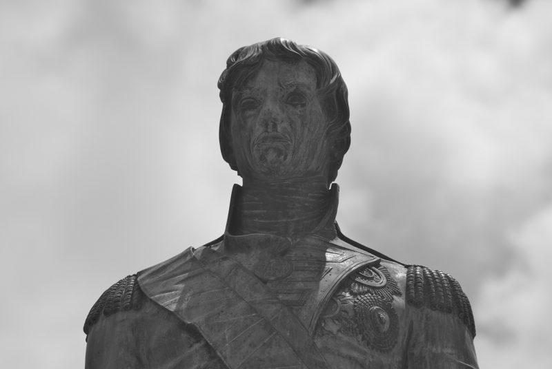 La photographie représente la tête et le torse de la statue du vice-amiral Horatio Nelson