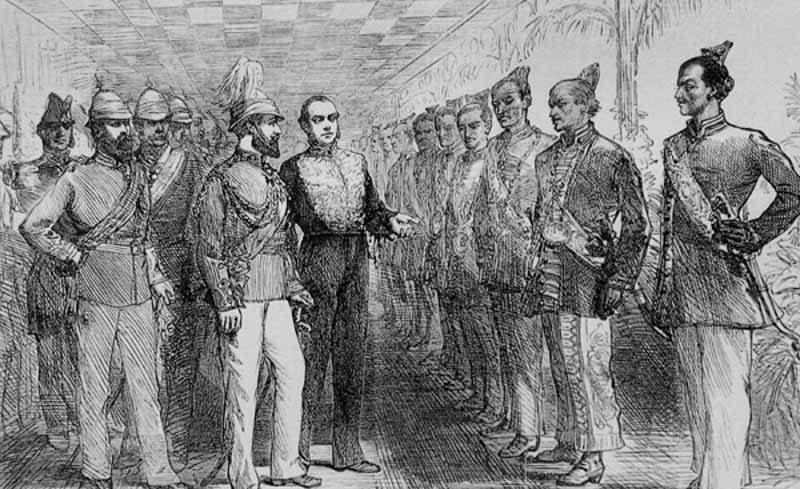 Illustration en noir et blanc, où l'on voit le gouverneur de Ceylan et le Prince de Galles en train de passer en revue les chefs singhalais, qui se tiennent en rang.