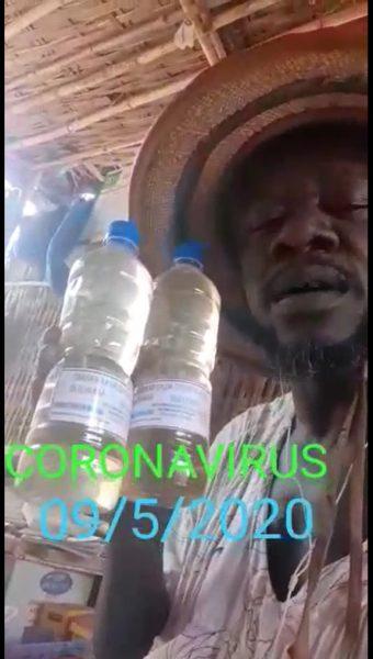 La vidéo est datée du 09 mai 2020. L'homme montre deux bouteilles en plastique contenant un liquide transparent.