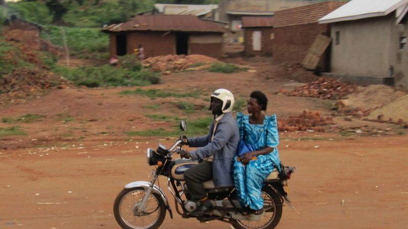 """Женщина на борту мотоциклетного такси """"Бода-Бода"""" в Уганде, 23 марта 2010 года. Фото предоставлено"""