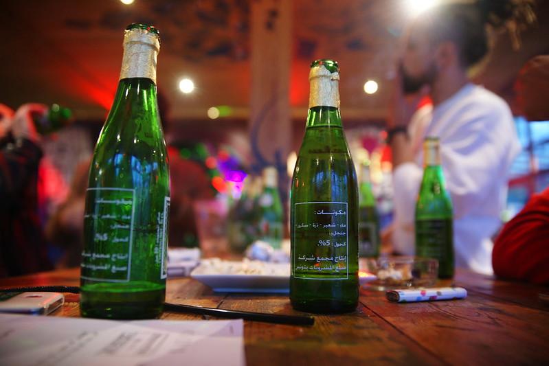 Bouteilles de bière sur une table lors d'une fête. Illustration.
