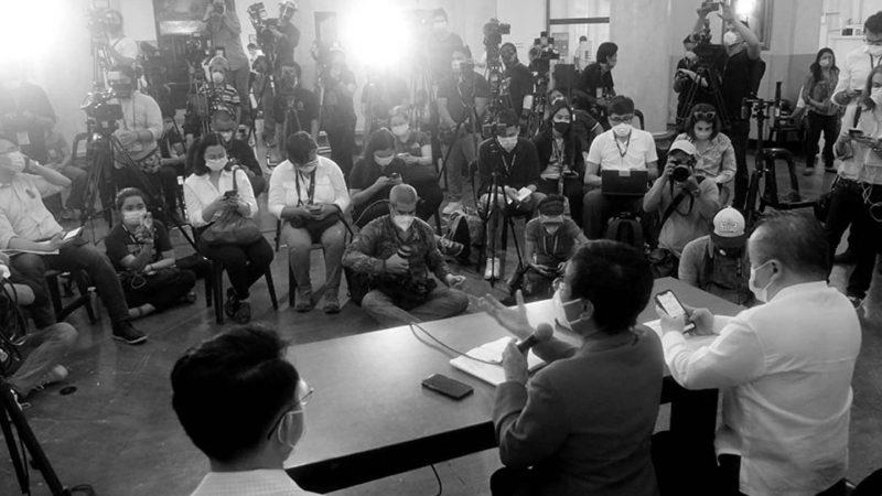 La conférence de presse sur l'affaire Rappler se déroule en présence de nombreux médias qui filment, prennent des photos et des notes.