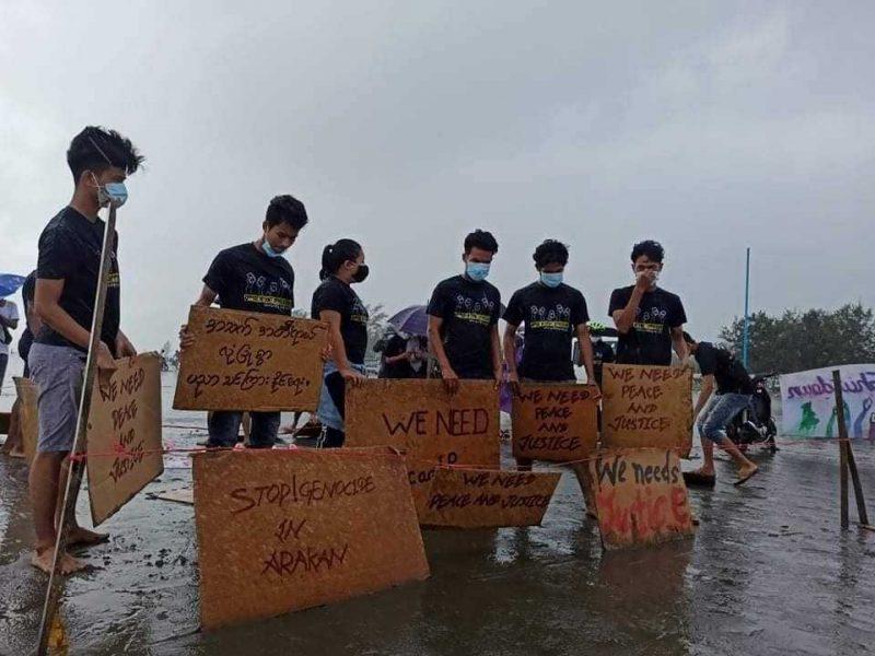 De jeunes militants manifestent pour un retour à la normale au Myanmar
