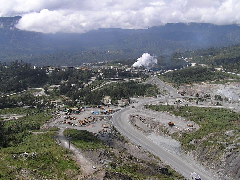 Mine d'or de Porgera située dans un paysage semi-montagneux.