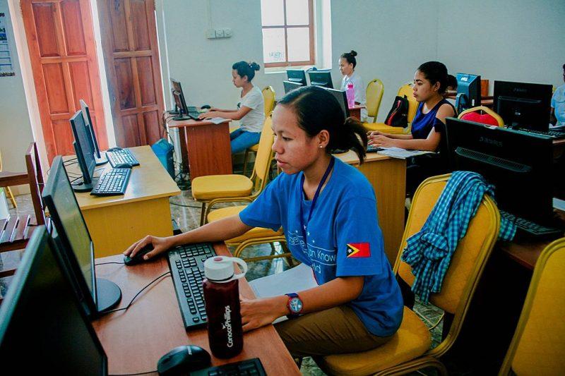 Groupe de femmes apprenant à utiliser un ordinateur au Timor-Leste.