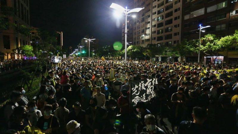 Une foule dense est réunie de nuit pour demander la destitution du maire Han Kuoyu à Kaohsiung, Taïwan.
