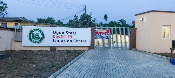 L'entrée du centre d'isolement de l'État d'Ogun, où figure un grand panneau portant le logo de l'État.