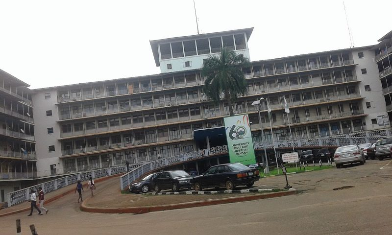 Photo du parking et de l'entrée de l'hôpital universitaire d'Ibadan.