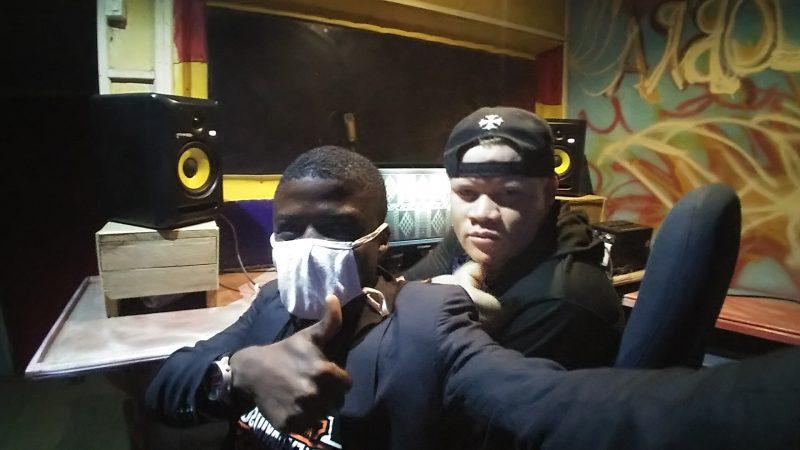 L'auteur prend un selfie avec Boy TAG dans son studio d'enregistrement.